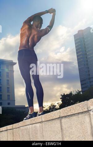 Mann stretching vor dem Training auf Stadtstraße - Stockfoto