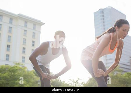 Paar stretching vor dem Training auf Stadtstraße - Stockfoto