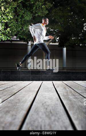 Mann läuft durch die Straßen der Stadt - Stockfoto