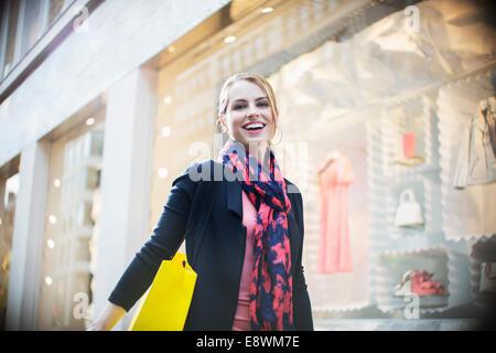Frau shopping auf Stadtstraße - Stockfoto