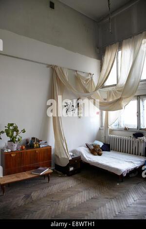 Schlafzimmer in Narkomfin Gebäude, Moskau. - Stockfoto