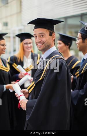 Student in GAP und Kleid stehend mit Freunden - Stockfoto