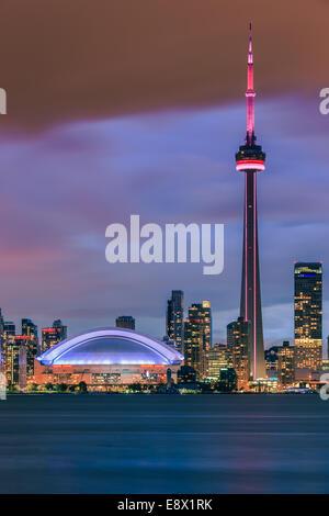 Berühmte Skyline von Toronto mit dem CN Tower und Rogers Centre nach Sonnenuntergang die Toronto Islands entnommen. - Stockfoto