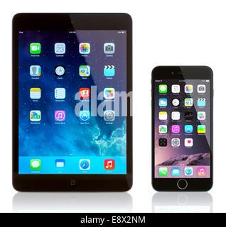 iPad Mini und iPhone 6 auf weiß. Apple iOS 8-Anwendungen auf dem home-Bildschirm des iPhone. - Stockfoto