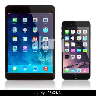 iPad Mini und iPhone 6 Plus auf weiß. Apple iOS 8 Anwendungen auf dem home-Bildschirm. - Stockfoto