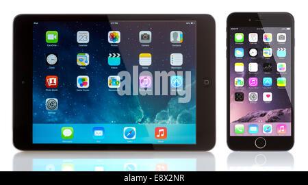 iPad Mini und iPhone 6 auf weiß. Apple iOS 8 Anwendungen auf dem home-Bildschirm des iPhone 6 - Stockfoto