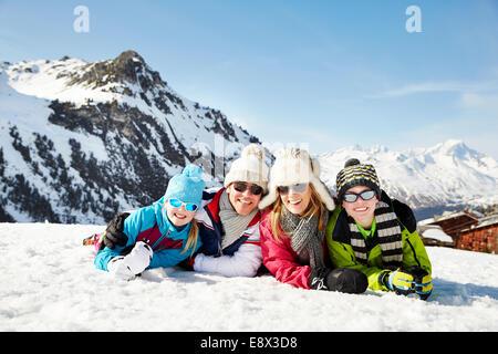 Familie im Schnee zusammen zu legen - Stockfoto