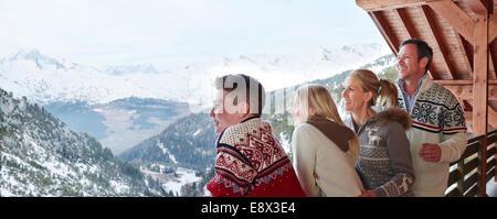 Familie mit Blick vom Balkon zusammen - Stockfoto