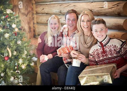 Familie Öffnung Geschenke zu Weihnachten - Stockfoto
