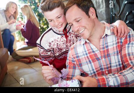 Familie Austausch von Geschenken zu Weihnachten - Stockfoto