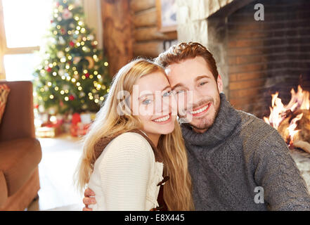 Paar, umarmen, Kamin - Stockfoto