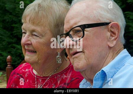 Porträt von einem älteren Ehepaar hautnah. Themen sind Lächeln auf den Lippen und suchen von der Kamera entfernt. - Stockfoto