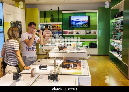 Miami Florida Aventura Mall The Sony Store in Mann-Frau-Paar versucht Kamera - Stockfoto