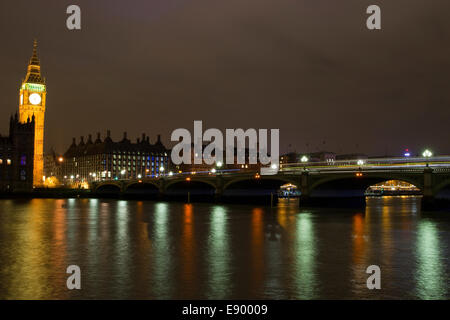Elizabeth Tower (oft als Big Ben bezeichnet) & Westminster Bridge in London, England. - Stockfoto