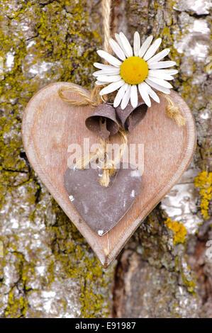 Herz aus Holz auf Baumrinde als Symbol für die Liebe - Stockfoto