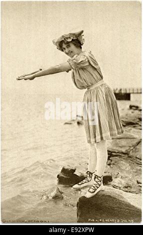 Frau auf Felsen im Schwimmen Kleid und Laced Schuhe in tauchen Lage, Postkarte, ca. 1900 - Stockfoto