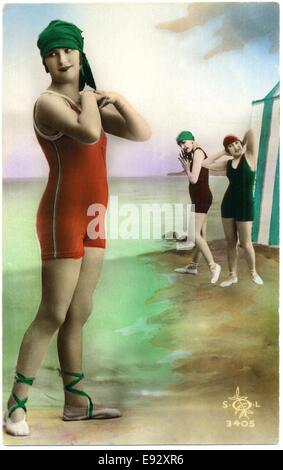 Drei modische Frauen in einteilige Badeanzüge, handkolorierten französischen Postkarte, ca. 1900 - Stockfoto