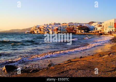 Blick auf den Sonnenuntergang des Viertels Little Venice in Mykonos, Griechenland - Stockfoto