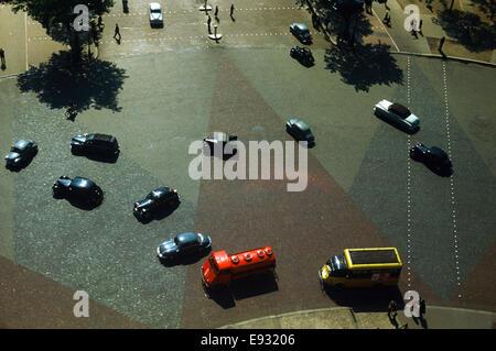 Jahrgang 1960 Paris Frankreich-Verkehr ab dem Arc de Triomphe auf dem Place Charles de Gaulle - Stockfoto