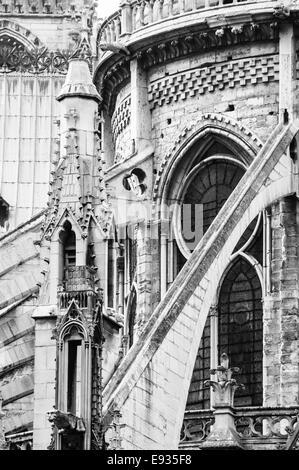 Fliegende Strebepfeiler der Kathedrale Notre-Dame in schwarz und weiß, Paris, Frankreich - Stockfoto