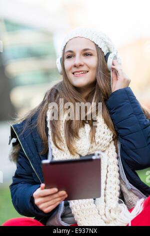 Porträt von Teenager-Mädchen Musik hören - Stockfoto