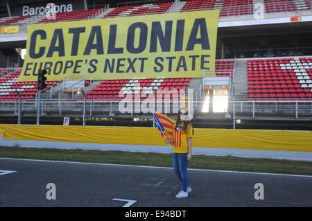 Barcelona, Spanien. 19. Oktober 2014. Motorräder für die Unabhängigkeit (Barcelona, 19. Oktober 2014) Mädchen posiert - Stockfoto