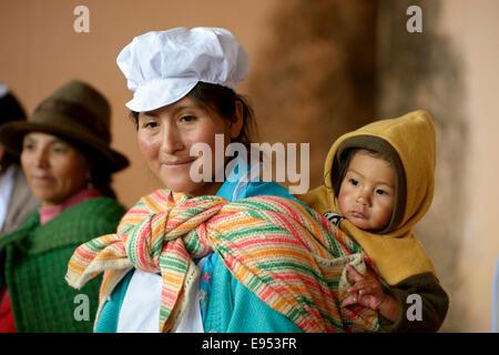 Teilnehmer in einem Kurs über gesunde und ausgewogene Ernährung durch eine Hilfsorganisation in einem Anden-Gemeinschaft, - Stockfoto