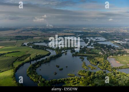 Einen malerischen Blick entlang des Flusses Trent in Nottinghamshire mit einem dramatischen Himmel - Stockfoto