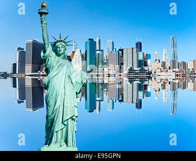 Manhattan und die Freiheitsstatue mit Reflexion, New York City. USA. - Stockfoto