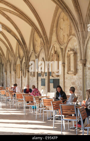 Kunden, die das Café in Salisbury Kathedrale Kreuzgang - Stockfoto