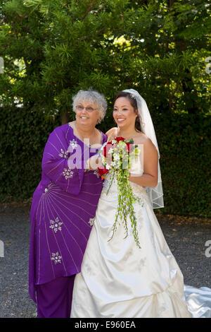 Mutter und Tochter, Braut, Hochzeit, Marin Kunst und Garten-Center, Ross, Marin County, California, Vereinigte Staaten - Stockfoto