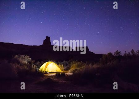 Zelt in einem Lager auf der White Rim Trail in Canyonlands National Park, Utah. - Stockfoto