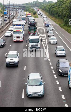 Staus auf den Straßen. Stau, Autobahn M1 und Ausfahrt an der Ausfahrt 25 an der südlichen Grenze von Derbyshire - Stockfoto
