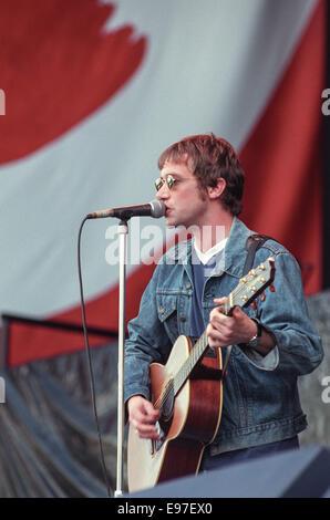 Simon Fowler von Ocean Colour Scene auf der Bühne im Konzert am Loch Lomond, Schottland, im Jahr 1996. - Stockfoto