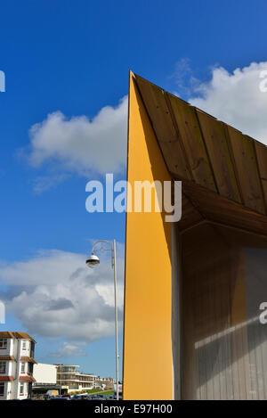 Bexhill on Sea promenade mit The De La Warr Pavilion und am Meer Unterkunft - Stockfoto