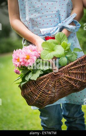 Mädchen, Gartenarbeit, Korb mit Blumen - Stockfoto
