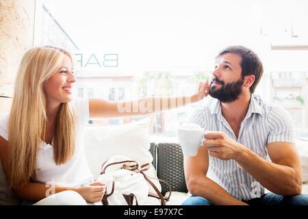 Junges Paar im Café herumalbern - Stockfoto