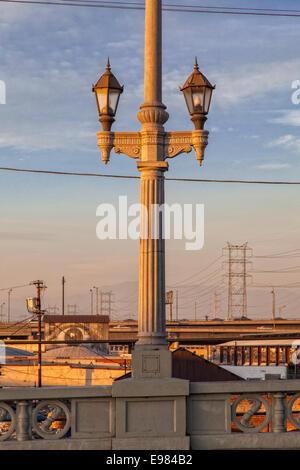 Laterne und Balustrade auf Olympic Boulevard Brücke (Viadukt), Los Winkel River, Kalifornien, USA - Stockfoto