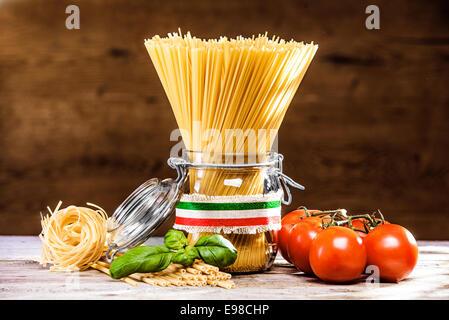 Bündel von ungekochten getrocknete italienische Spaghetti, verbunden mit einem Band in den Farben der Nationalflagge - Stockfoto