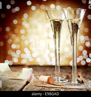 Zwei elegante Flöten romantische Sekt gegen einen Hintergrund Bokeh der Lichter-Party feiern, einen Urlaub oder - Stockfoto