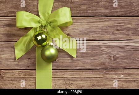 weihnachten gru karten mit zwei gr nen gnomen sekt bokeh und edler silberner hintergrund mit. Black Bedroom Furniture Sets. Home Design Ideas