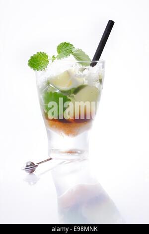 Mojito-Cocktail mit frischen Limetten und kubanische Minze isoliert ...
