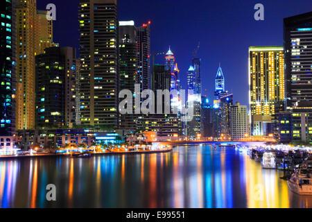 Dubai Marina bei Nacht. Reflexion der Wolkenkratzer im Wasser. - Stockfoto