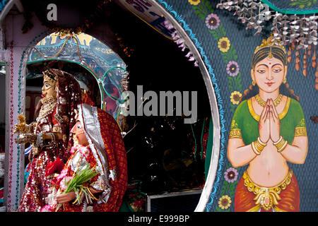 Idole der hindu-Gott und Göttinnen (Shiva und Parbati) vorgeführt, während die Gangaur Festival, Udaipur, Rajasthan, - Stockfoto