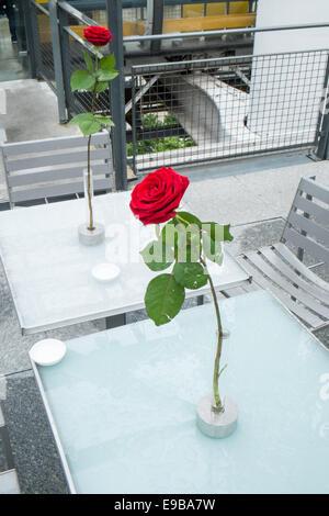 Romantisches Ambiente mit roten Rosen auf Tabellen in diesem Café/Restaurant auf der Oberseite das Centre Pompidou, - Stockfoto