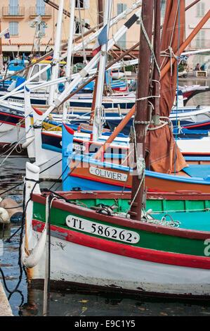 Bunte hölzerne Fischerboote in Vieux Port / alte Hafen von Saint-Tropez, Côte d ' Azur, Alpes Maritimes, Var, Frankreich - Stockfoto