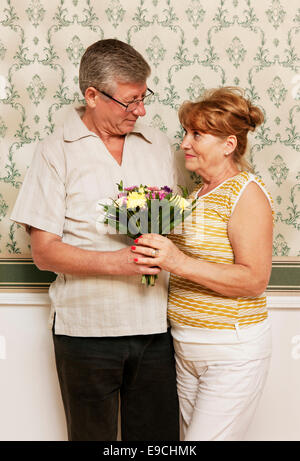 Älterer Mann mit Frau Blumenstrauß - Stockfoto