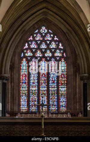 Glasfenster (in einer zentralen Position über einem Altar) in der Lady Chapel der Wells Cathedral, Wells, Somerset. - Stockfoto