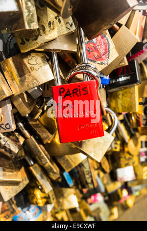 Rote Liebe Sperre mit der handgeschriebenen Aufschrift Paris, Juni auf dem Geländer der Pont de L´archeveche - Stockfoto