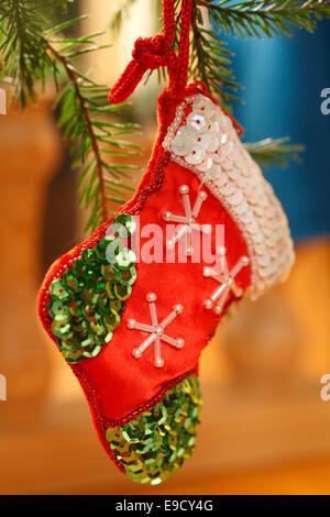 Tannenbaum geschmückt und Stiefel Santa Claus mit Text Frohe